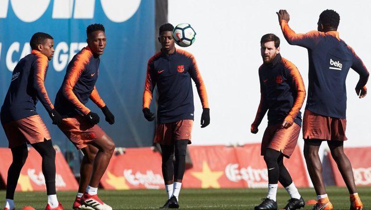 Los jugadores del FC Barcelona Nélson Semedo, Yerri Mina, Ousmane Dembélé, Lionel Messi y Samuel Umtiti, durante el entrenamiento realizado este sábado la Ciudad Deportiva Joan Gamper. (Foto Prensa Libre: EFE)