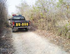 Unidades policiales permanecen en el lugar donde fueron atacados tres hombres, aldea de San Miguel Chicaj, Baja Verapaz. (Foto Prensa Libre: Carlos Grave)