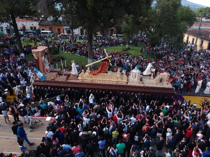 La procesión con la imagen de Jesús Nazareno de La Merced recorre calles y avenidas de Antigua Guatemala, en conmemoración de los 800 años de fundación de la orden mercedaria. (Foto Prensa Libre: Cortesía de Jesús en Guatemala)