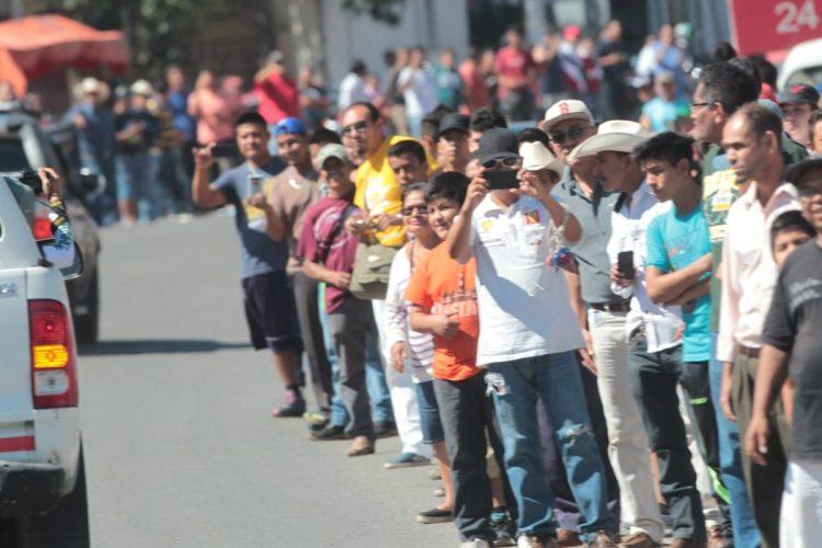 Un grupo de amantes al ciclismo esperan el paso de la Caravana. (Foto Prensa Libre: Carlos Vicente).