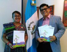 Sonia Antonieta Menchú Tzul y Boris Vinicio Martínez Tobar, galardonados con el Premio Maestro 100 Puntos 2016. (Foto Prensa Libre: Oscar Felipe Quisque)