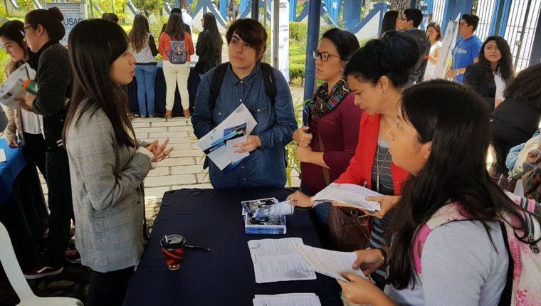 Decenas de estudiantes asisten a la Feria de Becas Internacionales de la Usac 2017. (Foto Prensa Libre: Cortesía)