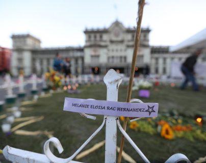 Este altar permanente en la Plaza de la Constitución en memoria de las niñas muertas durante la tragedia en el Hogar Seguro desde hace dos años (Foto Prensa Libre: Érick Ávila)