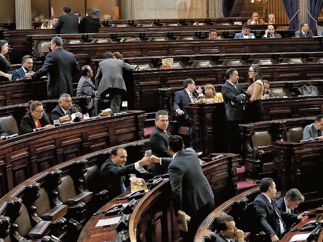De ser aprobada la derogación del artículo 205 Ter de la Ley Electoral, los diputados tránsfugas podrían buscar la reelección con cualquier partido. (Foto Prensa Libre: Hemeroteca PL)