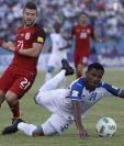 Ever Alvarado de Honduras intenta alcanzar el balón durante el partido que se realizó en San Pedro Sula, Honduras. (Foto Prensa Libre: AFP)