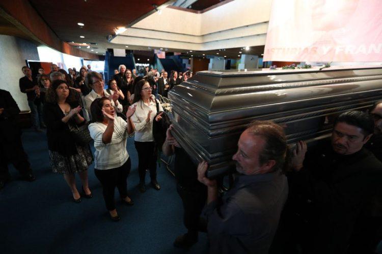 Con aplausos despiden el féretro que transporta los restos de Luis Galich
