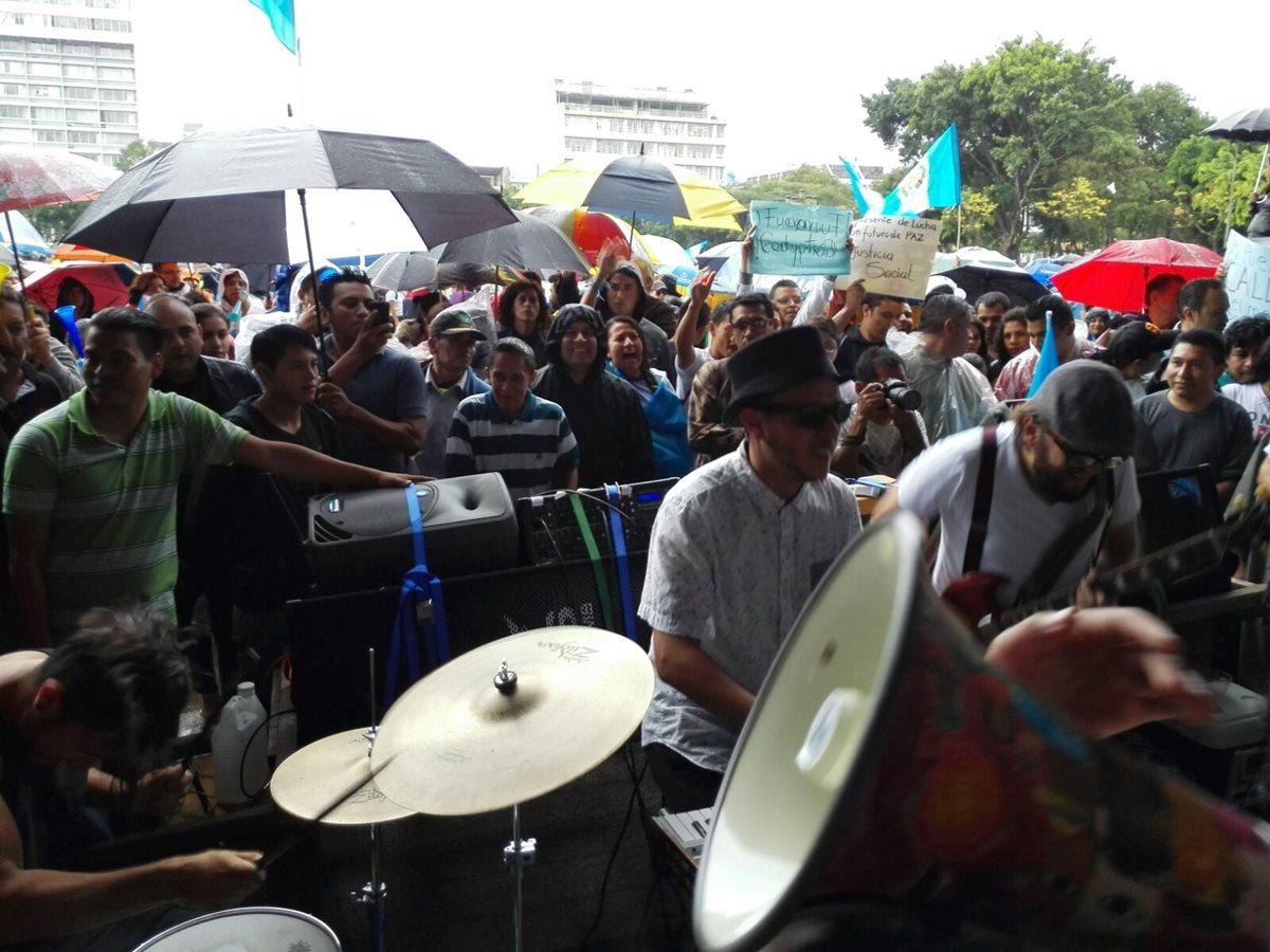 Pese a lluvia manifestantes piden renuncia de Pérez Molina