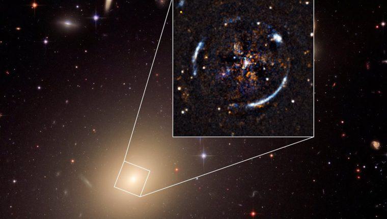 La galaxia ESO 325-G004 funciona como una lupa que refleja otra galaxia distorsionando su luz. (Foto: Nasa/ESA)