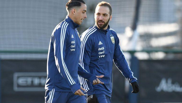 Gonzalo Higuaín habla con Ramiro Funes Mori durante un entrenamiento de la Selección de Argentina en Mánchester. (Foto Prensa Libre: AFP)
