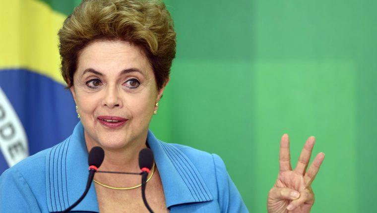 La presidenta brasileña, Dilma Rousseff, durante una conferencia de prensa en el palacio de Gobierno. (Foto Prensa Libre: AFP).
