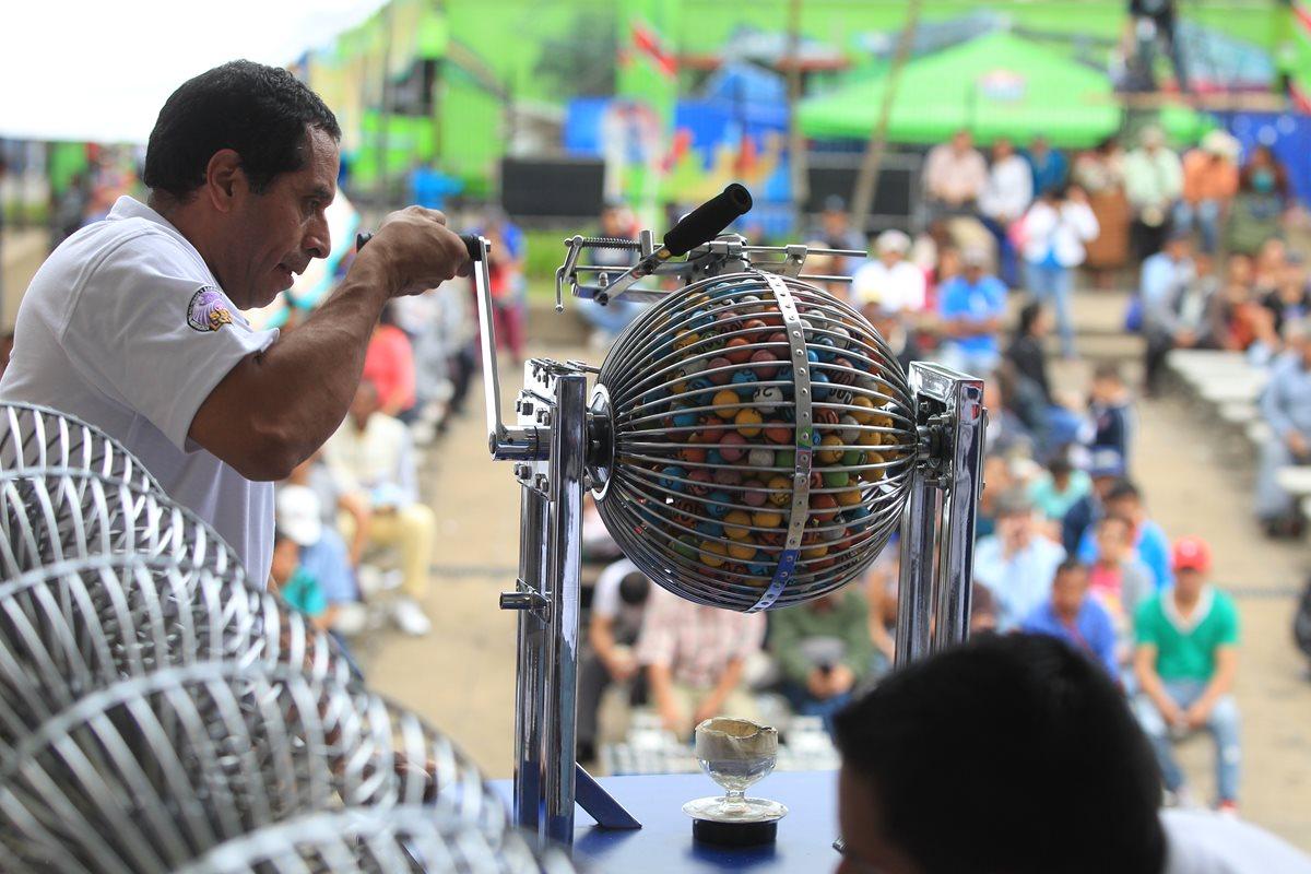 El gran sorteo extraordinario numero 304 de loteria Santa Lucia se realizó ayer y el premiio mayor fue de Q 4 millones (Foto Prensa Libre: Esbin Garcia)