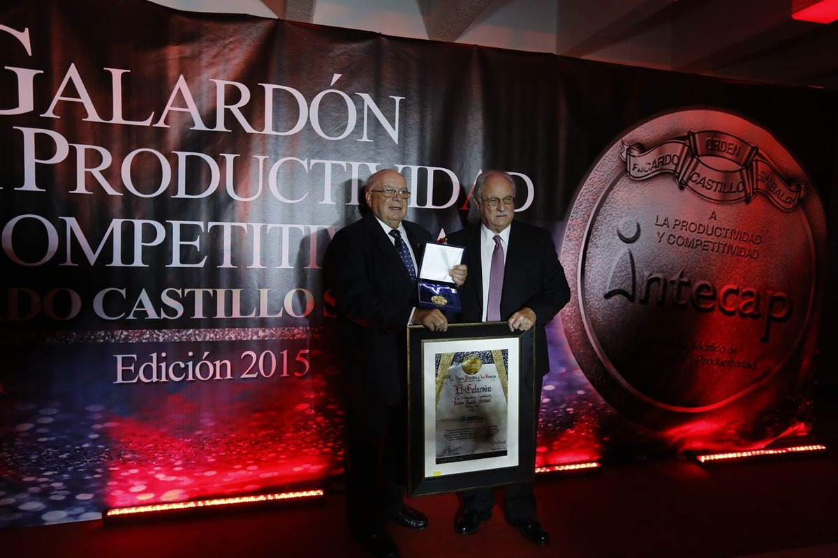 Intecap entrega el galardón a Diego Pulido, en representación del Banco Industrial. (Foto Prensa Libre: Cortesía)