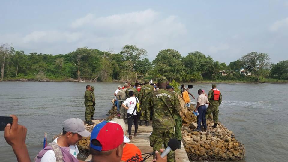 Fuerzas de seguridad de Belice impiden el paso a un grupo de pobladores que pretendía embarcarse en el Ríos Sarstún. (Foto Prensa Libre: 7 News Belize)