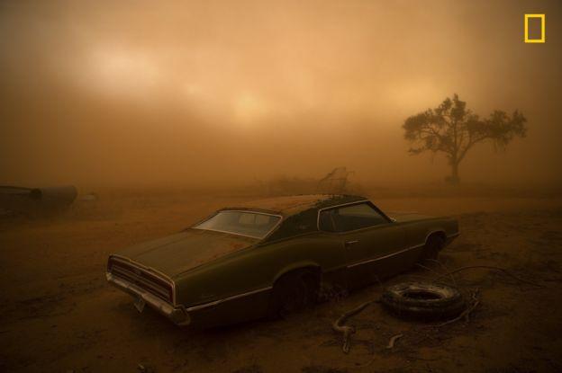 Este coche cubierto de polvo rojo se hizo con el segundo premio de la categoría Lugares del 2018 National Geographic Photo Contest. NICHOLAS MOIR/2018 NAT. GEO. PHOTO CONTEST