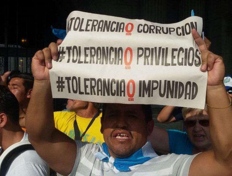 Ciudadanos concentrados en el Parque Central de la zona 1 capitalina, en protesta denominada Estamos Aquí. (Foto Prensa Libre: Álvaro Interiano)