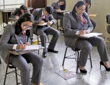 Graduandos de magisterio del Instituto El Porvenir, en la cabecera de Jalapa, durante los exámenes finales.