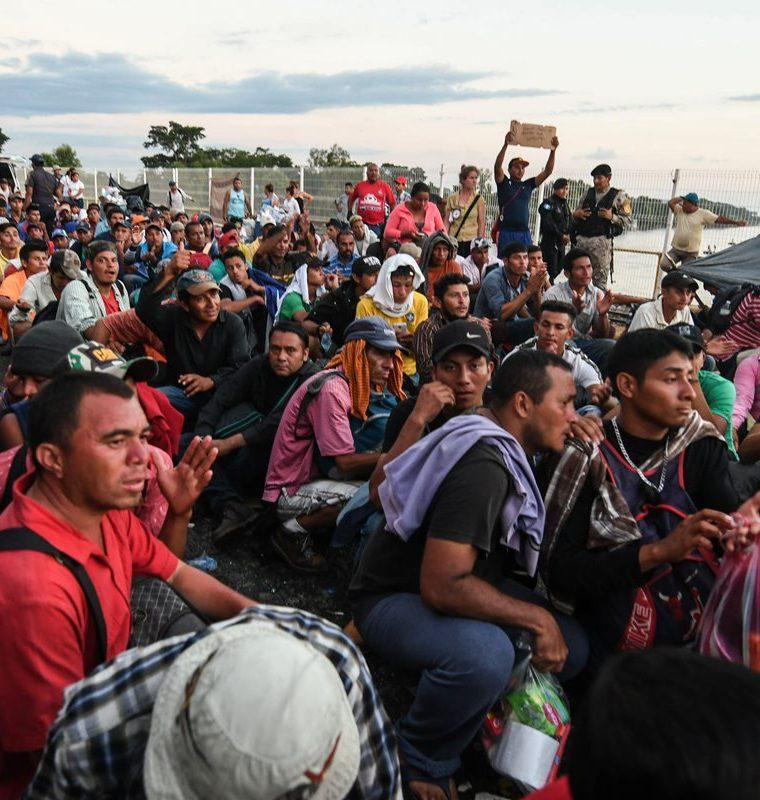La caravana de hondureños busca el camino hacia la frontera mexicana con Estados Unidos. (Foto Prensa Libre: AFP)