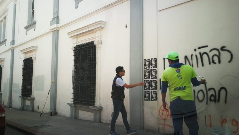 Las paredes de viviendas históricas también han sido dañadas durante las protestas.(Foto Prensa Libre: César Pérez)