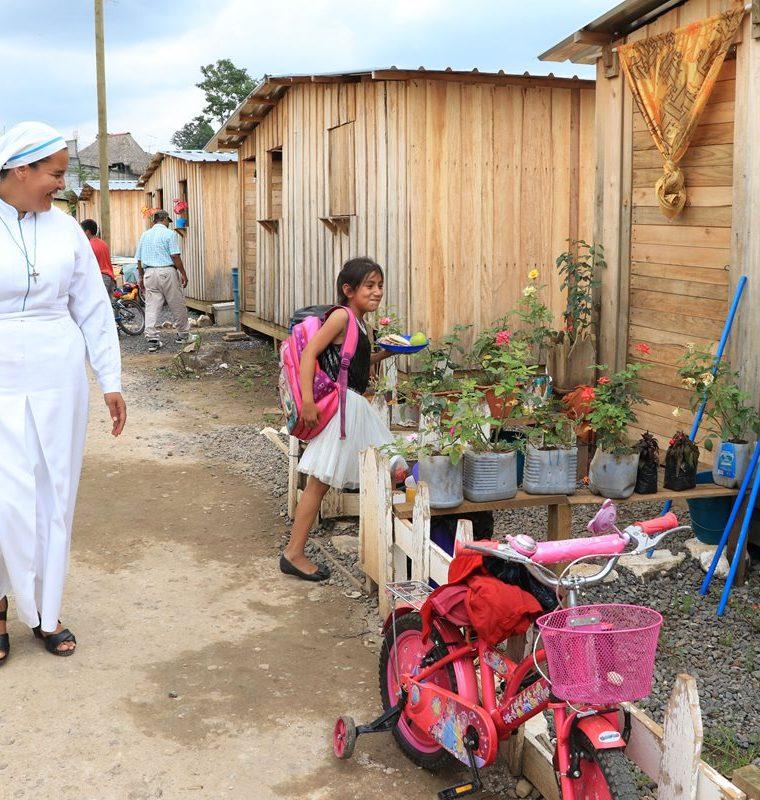 La religiosa Sor María García, encargada del albergue Papa Francisco, aseguró que atienden a 93 familias y que ninguna autoridad les ha informado que sucederá con ellas. (Foto Prensa Libre: Carlos Paredes)