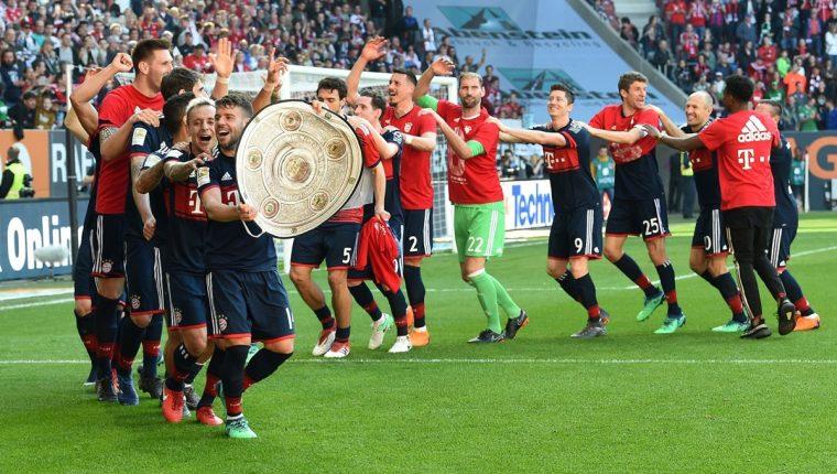Los jugadores del Bayern Múnich festejan su sexto título consecutivo a falta de cinco fechas. (Foto Prensa Libre: AFP)