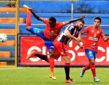 Hamilton López (d), exdefensor del Xelajú MC (noveno en el Apertura 2016), se siente triste por ya no pertenecer al club quetzalteco (Foto Prensa Libre: Hemeroteca PL)