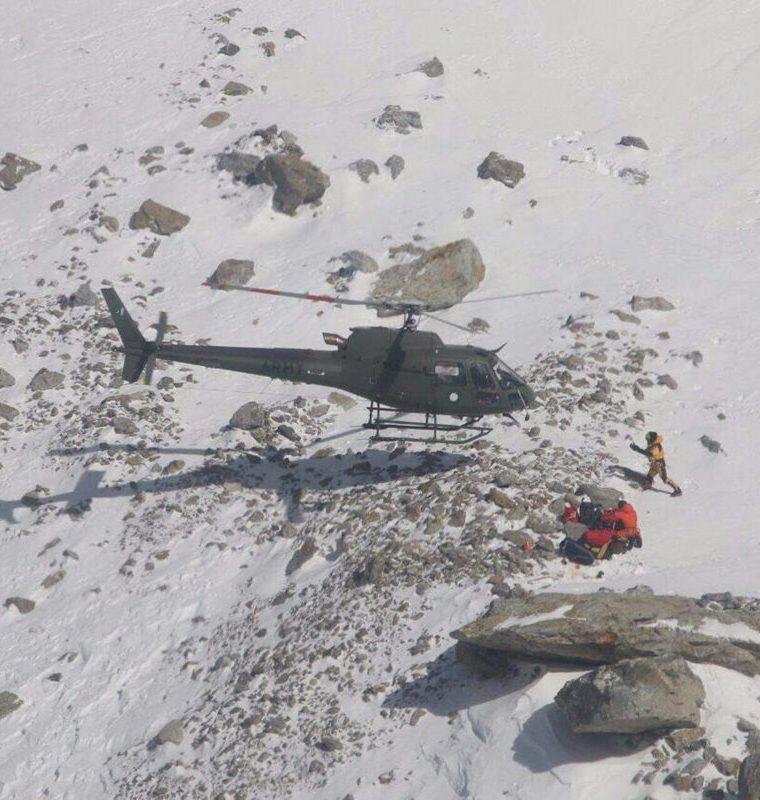Alpinistas especializados lograron rescatar a la escaladora francesa Elisabeth Revol, en el Nanga Parbat. (Foto Prensa Libre: AFP)