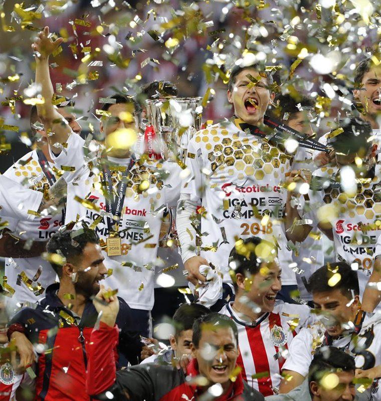 Los jugadores de las Chivas de Guadalajara del  celebran con el trofeo luego de ganar el título de la Liga de campeones de Concacaf. (Foto Prensa Libre: EFE)
