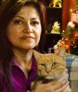 Maricela López posa con Canchito, el primer animal que rescató de las calles.
