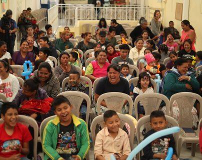 Los niños que viven en los alrededores del relleno sanitario participan en actividades lúdicas. (Foto Prensa Libre: Esbin García)