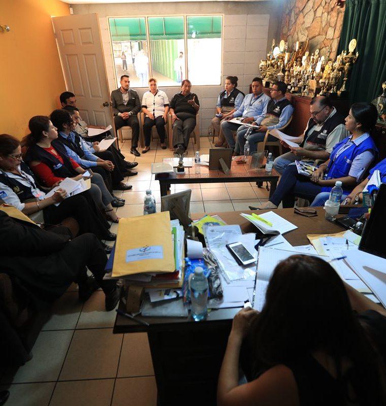 Autoridades del MINEDUC, PDH y DIACO sostienen reunión en Colegio Cristiano Vida. (Foto Prensa Libre: Carlos Hernández)