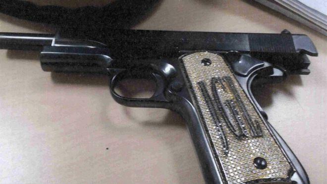 """Foto de la pistola con las iniciales de """"El Chapo"""" que la fiscalía de EE.UU. presentó como prueba en el juicio en Nueva York. UNITED STATES ATTORNEY'S OFFICE"""