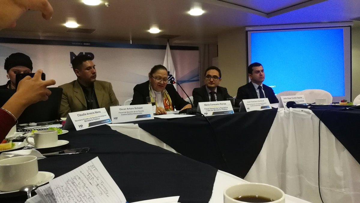 La fiscal General, María Consuelo Porras, acompañada de los fiscales Óscar Shaad -izquierda- y Juan Francisco Sandoval -derecha- y Julio Cordón, secretario de la Política Criminal. (Foto Prensa Libre: Kenneth Monzón)