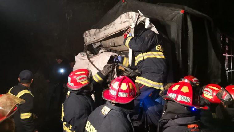 Socorristas en la labor de rescate de los tres cuerpos del accidente en el kilómetro 159. (Foto Prensa Libre. Ángel Julajuj)