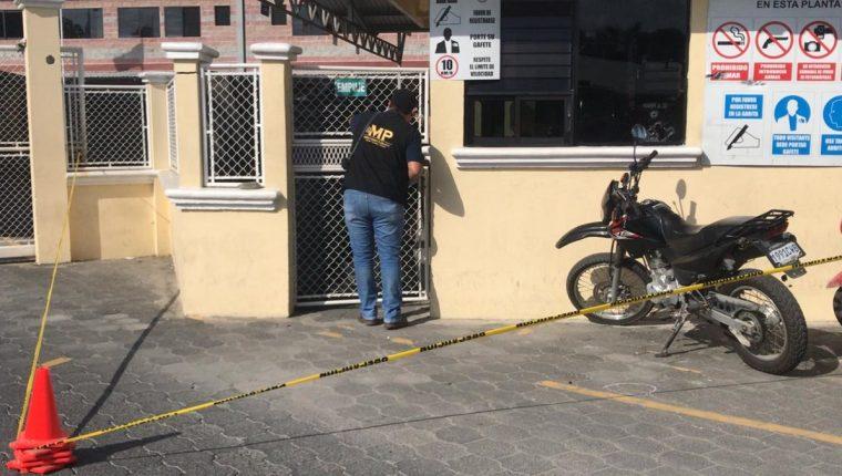 El robo se dio en el interior de una corrugadora ubicada en Morales, Izabal. (Foto Prensa Libre: Dony Stewart)