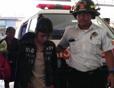 La joven es trasladada a la emergencia del Hospital Nacional de Jalapa. (Foto Prensa Libre: Hugo Oliva)