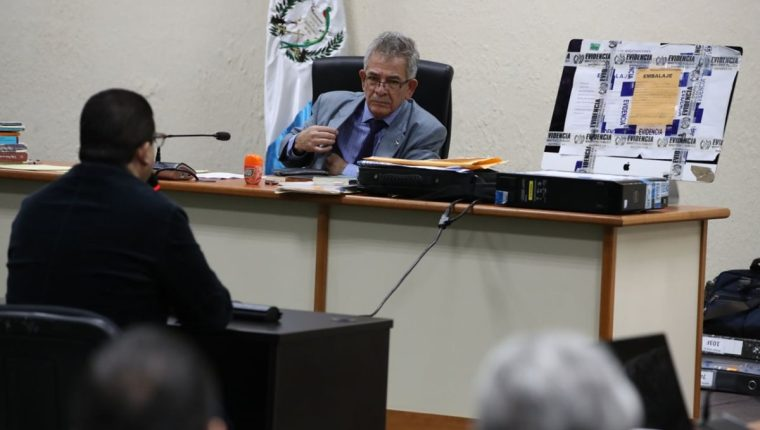 El juez Miguel Ángel Gálvez escucha a Juan Carlos Monzón durante el octavo día de la audiencia de anticipo de prueba por el caso Cooptación del Estado. (Foto Prensa Libre: Paulo Raquec)