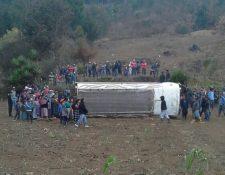 Vuelco de autobús en Patzún, Chimaltenango, dejó siete pasajeros heridos. (Foto Prensa Libre: Víctor Chamalé)