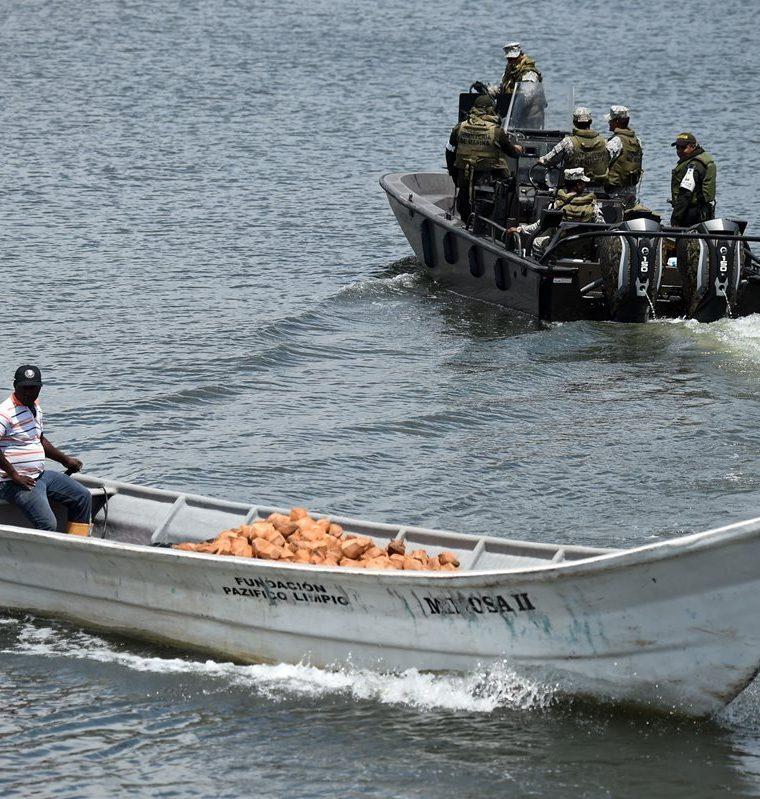 Efectivos de la Marina colombiana patrullan las aguas alrededor del municipio de Tumaco, Departamento de Nariño. (AFP).