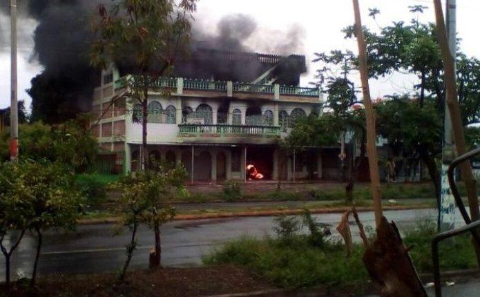Un incendio registrado en una vivienda en Managua, dejó cuatro adultos y tres niños fallecidos. (Foto Prensa Libre: Twitter @canaltn8)
