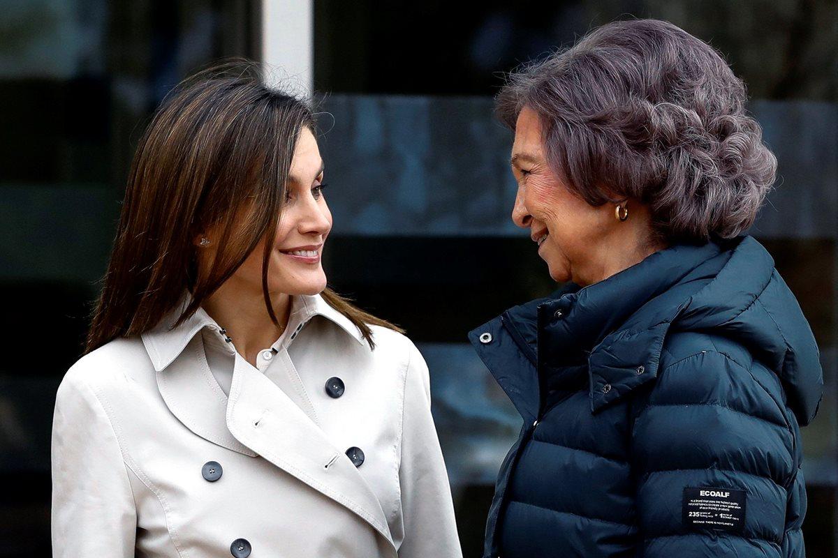 La reina Letizia y doña Sofía parece que están limando asperezas. Este sábado se captaron imágenes de la posible reconciliación. (Foto Prensa Libre: EFE)