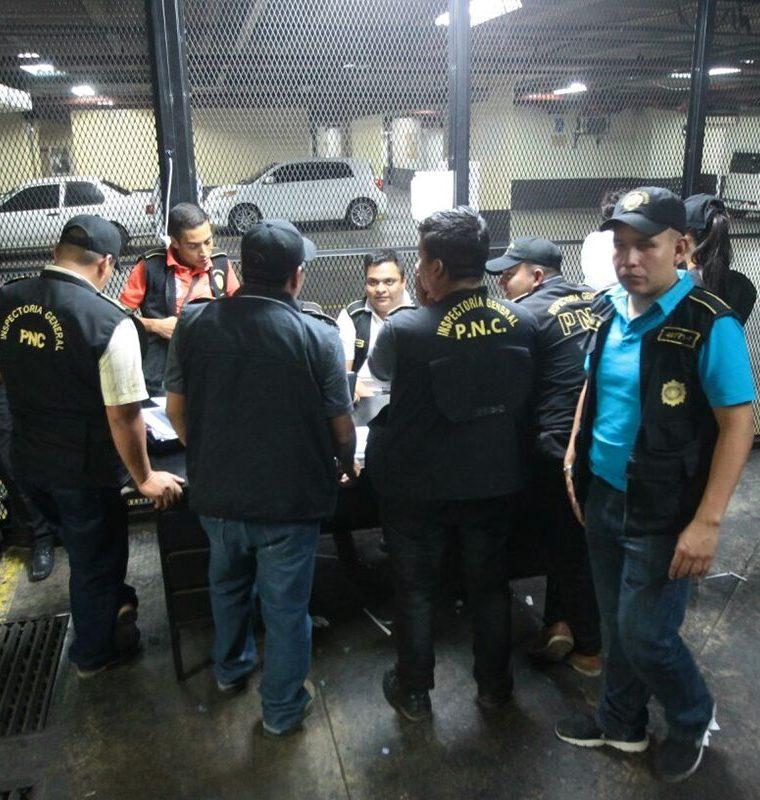 Agentes de la Inspectoría General de la PNC permanecen junto a los efectivos que fueron detenidos. (Foto: Álvaro Interiano)