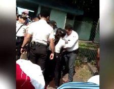 Tres agentes de la PNC y un guardia de seguridad privada del hospital son captados en el momento que le colocan grilletes a Judith Chos. (Foto Prensa Libre: Enrique Paredes)