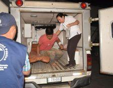 Oscar Eugenio Axis, uno de los heridos, es auxiliado por socorristas. (Foto Prensa Libre: Mario Morales).