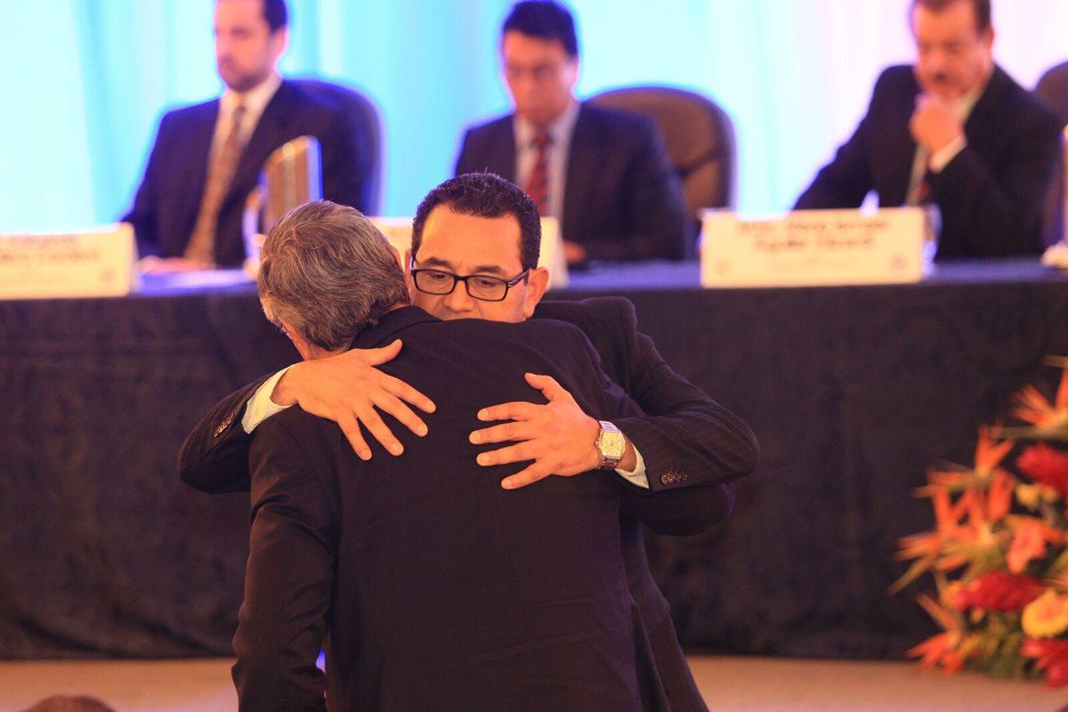 Presidente y vicepresidente electos reciben credencial del TSE