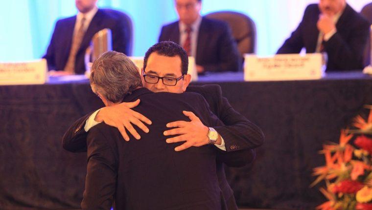Jimmy Morales y Jafeth Cabrera, presidente y vicepresidente electos, se abrazan después de recibir las credenciales que los confirman en sus cargos para el periodo 2016-2020. (Foto Prensa Libre: Esbin García)