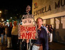 Un hombre protesta contra el oficialismo al cierre de las mesas electorales en Caracas. (Foto Prensa Libre: EFE)