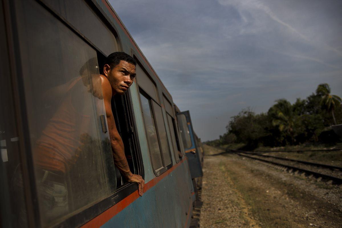 De este a oeste, los trenes ofrecen una vista de Cuba en cámara lenta.(Foto Prensa Libre: AP).