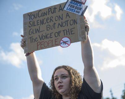 Sophie Phillips sostiene un cartel durante la manifestación en apoyo al evento de mañana sábado en Washington D.C.(Foto Prensa Libre:AFP).
