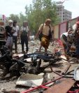 Fuerzas de seguridad de Yemen inspeccionan la escena del atentado. (Foto Prensa Libre:AFP).