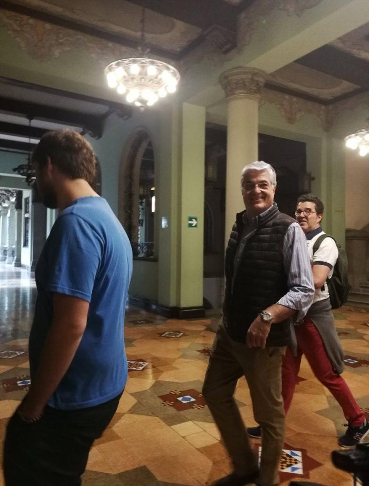 El exministro de Gobernación, Carlos Vielman, recorre el Palacio Nacional de la Cultura junto con amigos de España. (Foto Prensa Libre: Andrea Orozco)